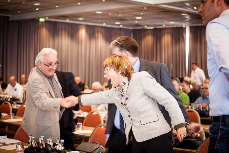 Erleichtert nimmt die frisch gewählte Präsidentin Dr. Christel Happach-Kasan die Glückwünsche entgegen